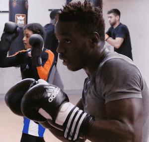 Eduardo en train de boxer