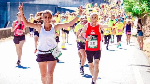 Marathonnienne qui fait le v de la victoire