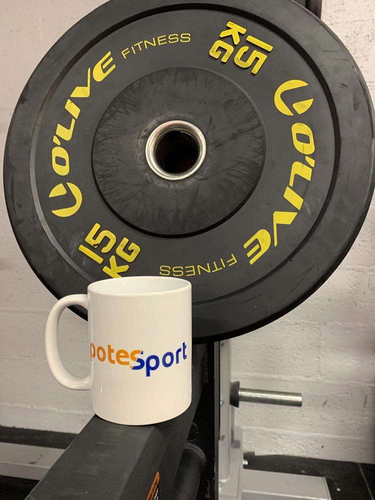 Un mug siglé Potesport avec un haltère