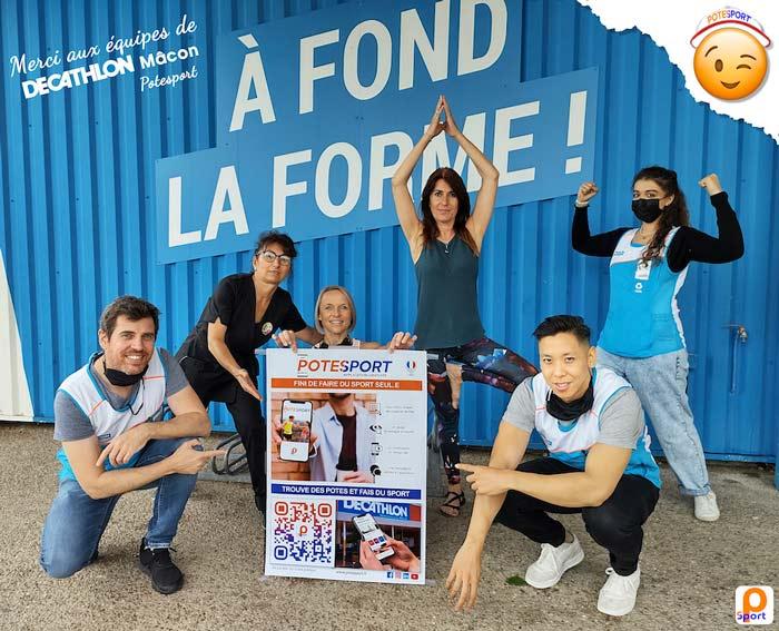 Equipe de vendeurs de chez Décathlon avec une affiche de Potesport